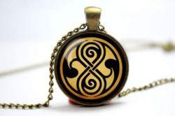 Doctor Who - náhrdelník pečeť Rassilon