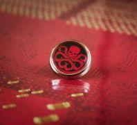 ocelový odznak organizace Hydra | červenobílý, červenočerný