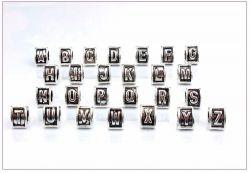Korálek na náramek písmeno